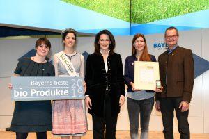 BBB 2019  Feinschnabel Silber (v.l.n.r.): Cordula Rutz (Geschäftsführerin LVÖ Bayern), Carina I. (Bayerische Bio-Königin), Michaela Kaniber (Bayerische Staatsministerin für Ernährung, Landwirtschaft und Forsten), Maike Jahn (Feinschnabel Manufaktur), Hubert Heigl (1. Vorsitzender LVÖ Bayern)