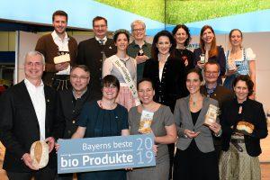 Gruppenfoto Staatsministerin Michaela Kaniber, Hubert Heigl, Cordula Rutz (1. Vorsitzender bzw. Geschäftsführerin LVÖ Bayern e.V.) und die Bayerische Bio-Königin Carina I. mit den Gewinnern bei Bayerns besten Bioprodukten 2019.