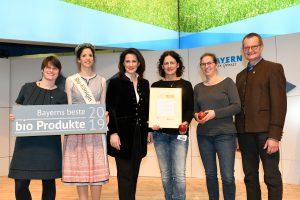 BBB 2019  Apfel Natyra Gold (v.l.n.r.): Cordula Rutz (Geschäftsführerin LVÖ Bayern), Carina I. (Bayerische Bio-Königin), Michaela Kaniber (Bayerische Staatsministerin für Ernährung, Landwirtschaft und Forsten), Janine Haug (Obstgut Haug) und Birgit Gutberlett (ÖKOBO), Hubert Heigl (1. Vorsitzender LVÖ Bayern) Vorheriges11 von 11